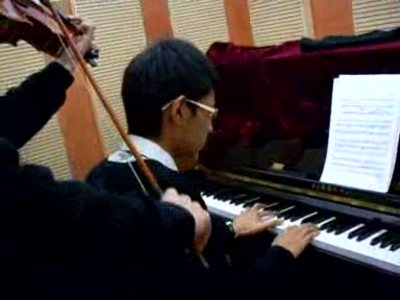 弹钢琴的孩子容易近视